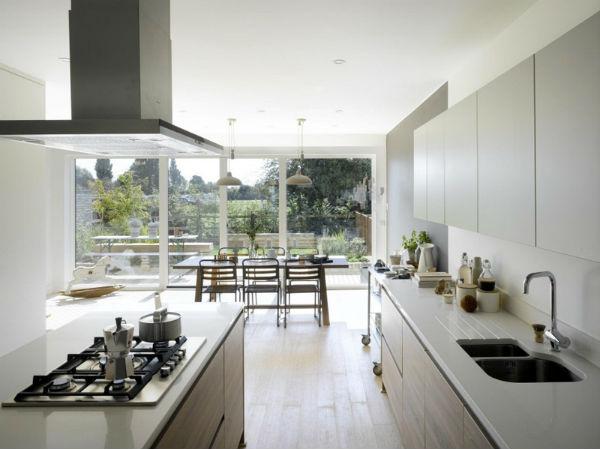 Thiết kế phòng bếp có nhiều cửa kính hướng ra vườn