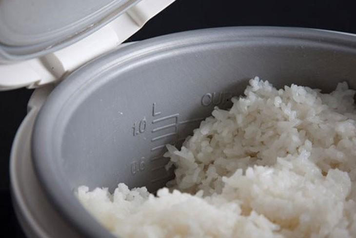 Hấp cơm nguội với cơm mới nấu để có được nồi cơm mềm dẻo
