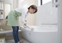 Bồn tắm được làm sạch bởi nước rửa chuyên dụng