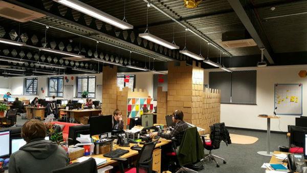 Trang trí văn phòng với bàn làm việc