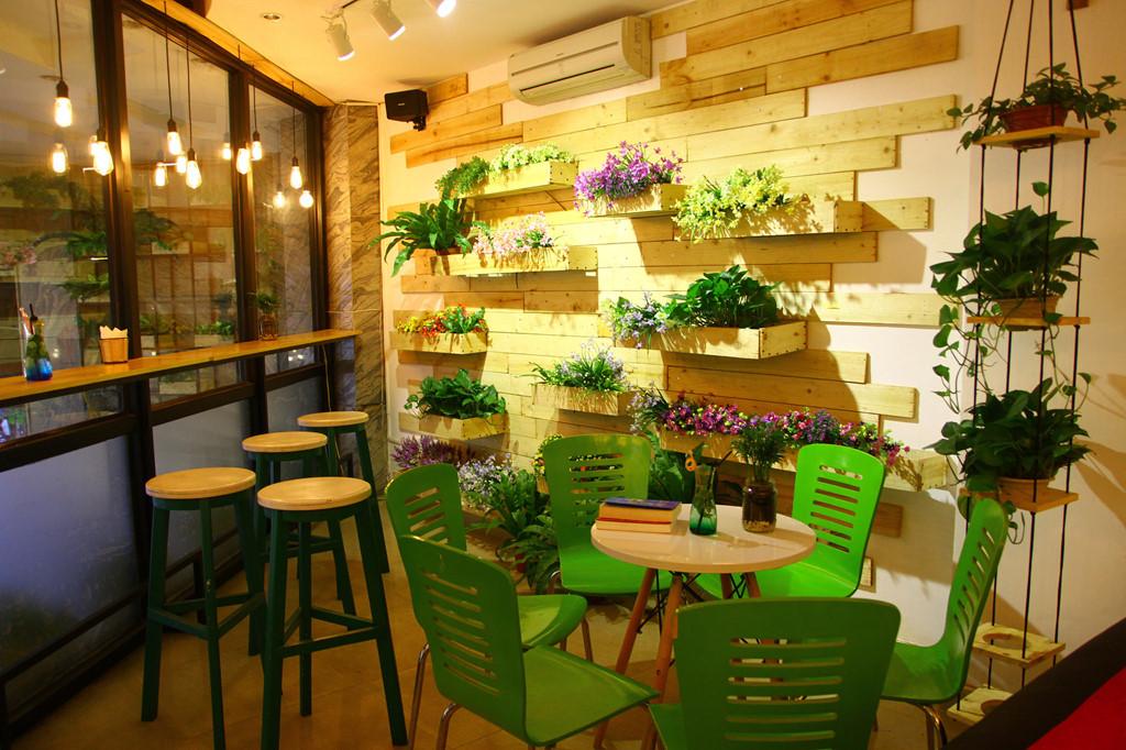 Trang trí quán trà sữa độc lạ với chậu hoa hoặc cây xanh nhỏ