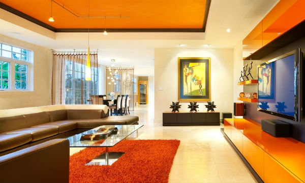 Ngôi nhà được trang trí với tông màu cam mang lại cảm giác ấm cúng