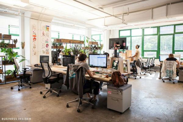 Văn phòng được thiết kế với sàn nhà bằng xi măng