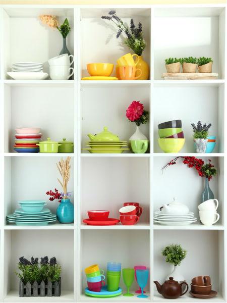 Sử dụng những vật dụng hàng ngày với màu sắc đa dạng để tăng làm nổi bật lên gian bếp nhà mình.