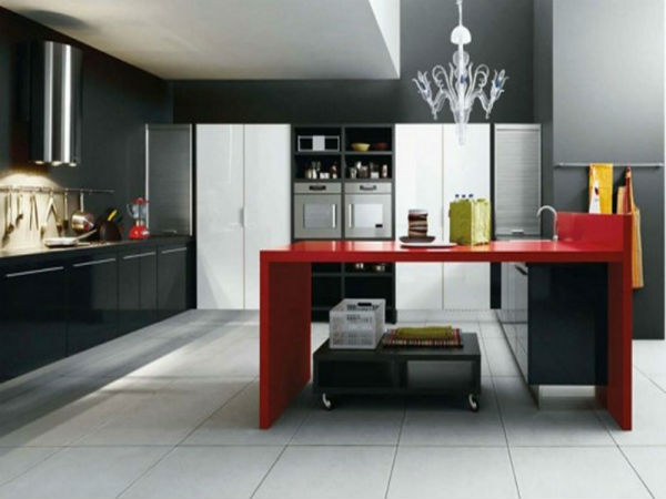 Gian bếp với thiết kế màu sẫm hạn chế chất bẩn