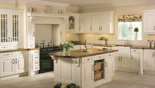 Phòng bếp phong cách Châu Âu thường kết hợp kệ bếp và đảo bếp