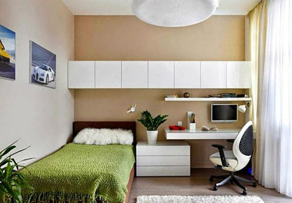 Giường ngủ được kê sát tường để tiết kiệm diện tích