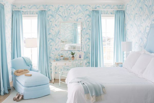 Trang trí phòng ngủ bằng rèm cửa hòa hợp với giấy dán tường