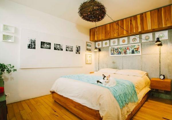 Trang trí phòng ngủ bằng những bức ảnh kỷ niệm để tạo cảm giác gần gũi