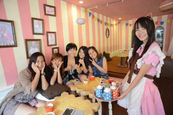 """Cà phê """" Nàng Hầu"""" độc lạ tại trung tâm Sài Gòn"""