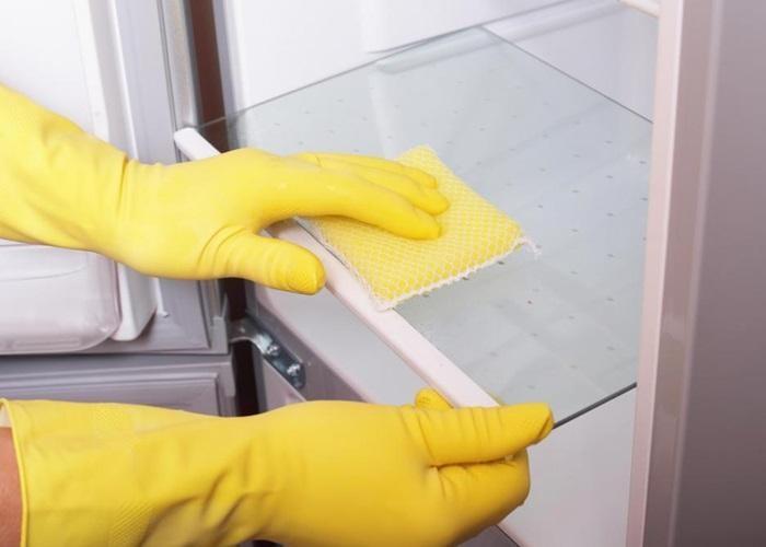 Vệ sinh tủ lạnh thường xuyên, để chanh, cafe, trà để loại bỏ mùi hôi