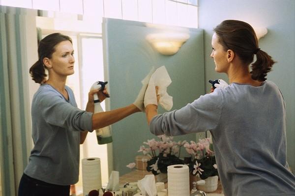 Một tấm gương sạch làm căn phòng sáng sủa hơn.