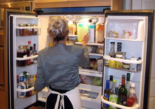 Lau dọn thường xuyên để tủ lạnh không bị bốc mùi