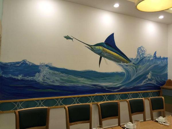 Nhà hàng được vẽ hình chú cá với màu xanh biển mang lại sự tươi mát