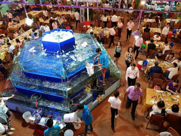 Việc phân chia khu vực giúp nhà hàng dễ quản lý, thực khách thấy thoải mái